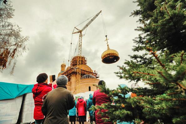 В Набережных Челнах на строящийся храм Казанской иконы Богородицы установили главный купол