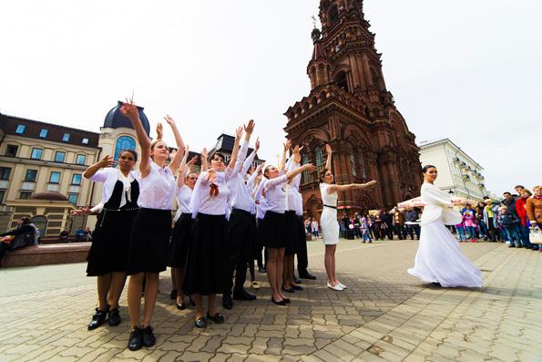 Православная молодежь Казани в творческой форме поздравила жителей города с Днем Победы