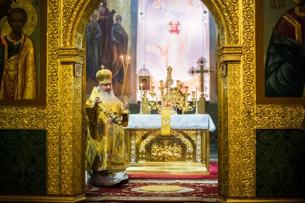 В праздник Рождества Христова митрополит Феофан совершил великую вечерню в Благовещенском соборе Казани