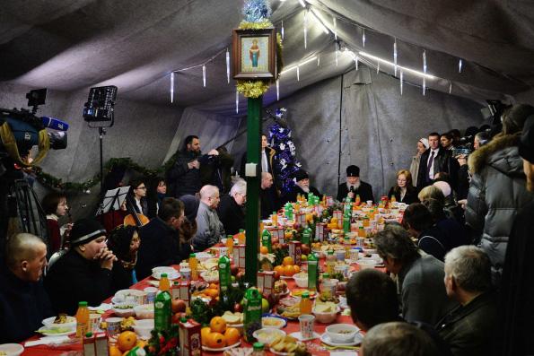 В первый день Рождества Христова Патриарх Кирилл посетил бездомных в Москве