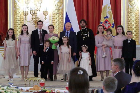Многодетным семьям священников вручены президентские награды