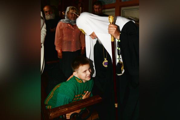 Патриарх Кирилл предложил помощь в лечении мальчику-инвалиду