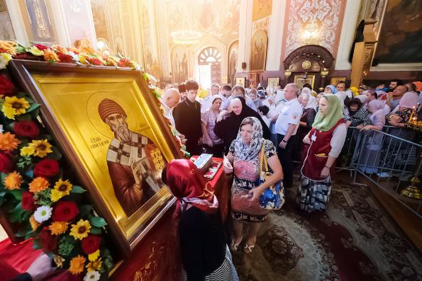 В первый день пребывания мощей святителя Спиридона Тримифунтского в России святыне поклонилось более восьми тысяч человек