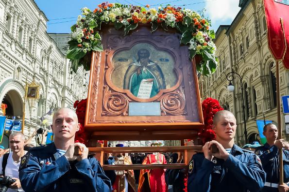 В день памяти пророка Илии в Москве прошел крестный ход с участием военнослужащих Воздушно-десантных войск