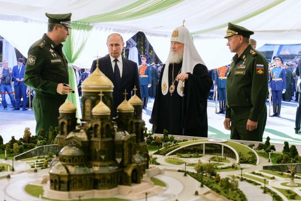 Патриарх Кирилл в присутствии Президента России и министра обороны РФ освятил закладной камень главного храма Вооруженных сил