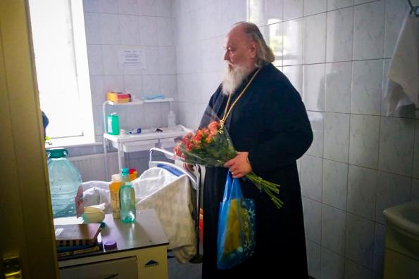 Священники навестили пострадавших в Шереметьево в Центре имени Вишневского
