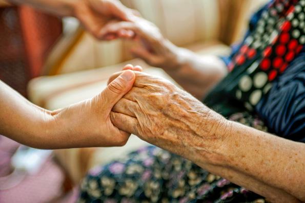 В Церкви призвали молодых людей помогать пожилым во время карантина