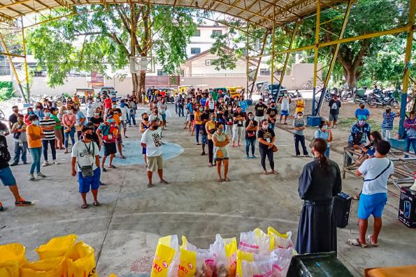 Голодающие Филиппин получают помощь от Русской Православной Церкви
