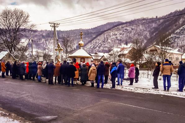 В Закарпатье изгнанная из своего храма община канонической Церкви молится на улице даже в холода