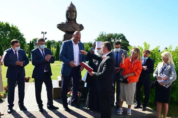 Николай Валуев помог установить памятник Александру Невскому у главного храма Брянска