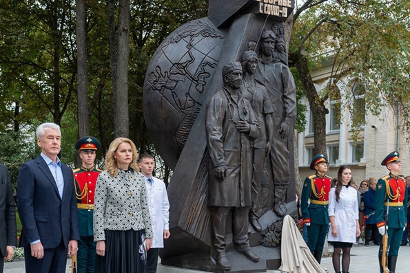 В Москве открыли памятник медикам — героям борьбы с коронавирусом